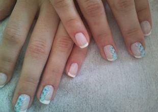 Школьный маникюр на короткие ногти, шеллак френч с голубыми цветами