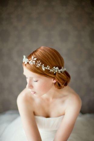 Золотисто каштановый цвет волос, гладкая свадебная прическа с цветочным венком
