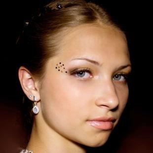 Свадебный макияж для голубых глаз и русых волос, макияж на выпускной со стразами