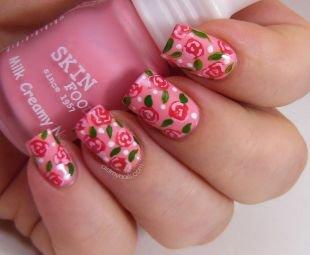 Нежные рисунки на ногтях, розовый маникюр с розочками  на средние ногти