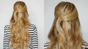 Цвет волос медовый блонд, оригинальная прическа мальвинка с локонами