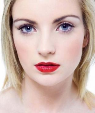 Деловой макияж, повседневный макияж для голубых глаз с красной помадой