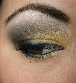 Макияж для карих глаз под зеленое платье, макияж для нависшего века в золотисто-серебристой гамме