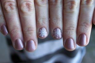 Необрезной маникюр, маникюр в пастельных тонах со снежинкой на коротких ногтях