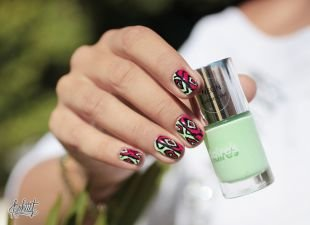 Маникюр на очень коротких ногтях, маникюр с разноцветным орнаментом на коротких ногтях