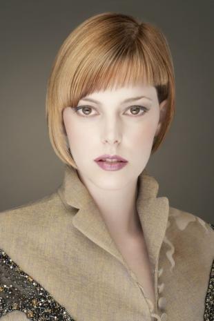 Карамельно русый цвет волос, аккуратная стрижка на короткие волосы