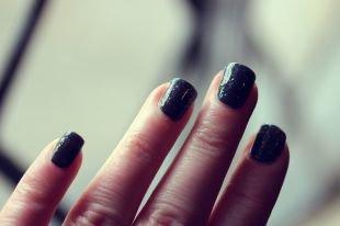 Дизайн ногтей шеллаком, блестящий черный маникюр с покрытием шеллак