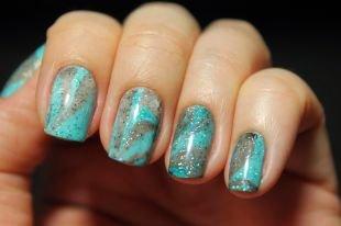 Современные рисунки на ногтях, бирюзовый водный маникюр с блестками