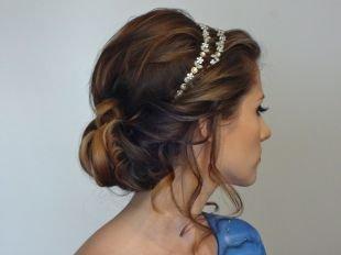 Прически с диадемой на выпускной на средние волосы, легкая греческая прическа