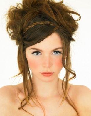 Цвет волос светлый шатен на длинные волосы, оригинальная прическа с выпущенными прядями и косичками