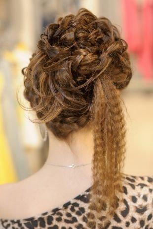 Темно карамельный цвет волос, праздничная прическа - высокий пучок в виде цветка