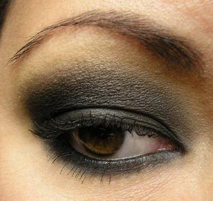 Темный макияж для брюнеток, макияж для нависшего века серыми тенями