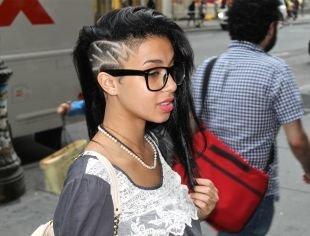 Иссиня-черный цвет волос, длинные волосы с выбритыми висками