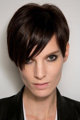 Цвет волос темный каштан, стильная короткая стрижка для вытянутого лица