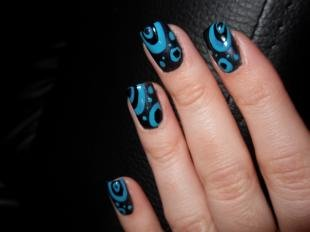 Рисунки на черных ногтях, черный маникюр с голубыми узорами