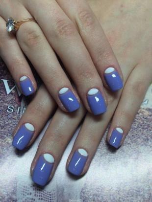 Дизайн гелевых ногтей, васильковый лунный маникюр с белыми лунками