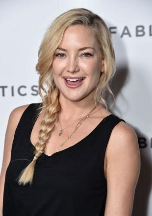 Цвет волос натуральный блондин, простая прическа с боковой косичкой и выпущенными прядями