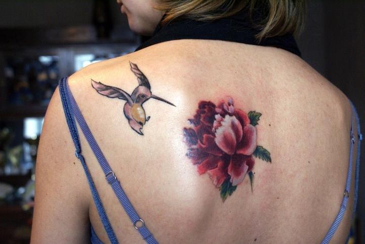 Татуировка для девушек - колибри